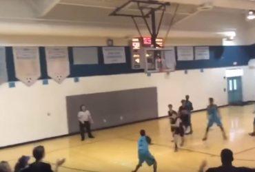 Un joven sin brazos sorprende al jugar baloncesto