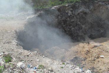 Comienzan trabajos para sofocar incendio de basurero de Tlaquiltenango.