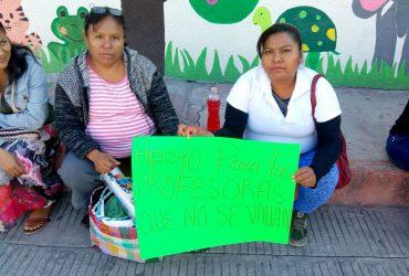Madres de familia de la escuela primaria Enrique Rodríguez Cano de Zacatepec, cerraron el plantel en demanda de la salida de la directora a quien acusan de acoso laboral hacia los maestros.