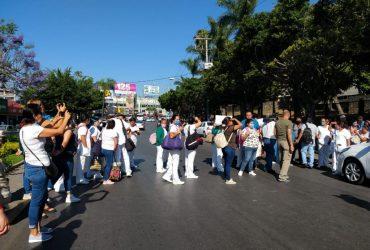 Bloquea personal del IMSS la Av. Plan de Ayala de Cuernavaca.