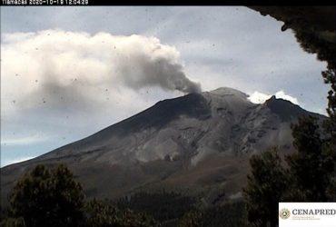 Emisiones de vapor de agua y gas continúa emitiendo el volcán Popocatépetl
