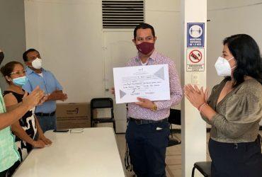 Recibe Juan Ángel Flores, su constancia de mayoría